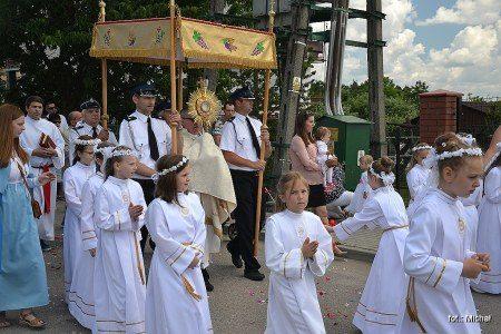 Relacja fotograficzna (109 zdjęcia) z Procesji Bożego Ciała w Majdanie Królewskim w dniu 15 czerwca 2017 r. Kliknij na zdjęcie poniżej… Poniżej zobacz też galerie zdjęć z Procesji Bożego Ciała […]