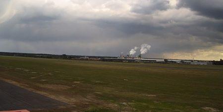 Kamera z widokiem na lotnisko i kominy Kronospanu w Mielcu