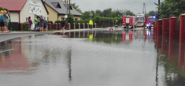 Strażacy-ratownicy z OSP Majdan Królewski interweniowali dzisiaj w związku z usuwaniem skutków gwałtownej ulewy, która przeszła przez naszą miejscowość. Działali na drodze krajowej nr 9 gdzie studzienki ściekowe nie nadążały […]
